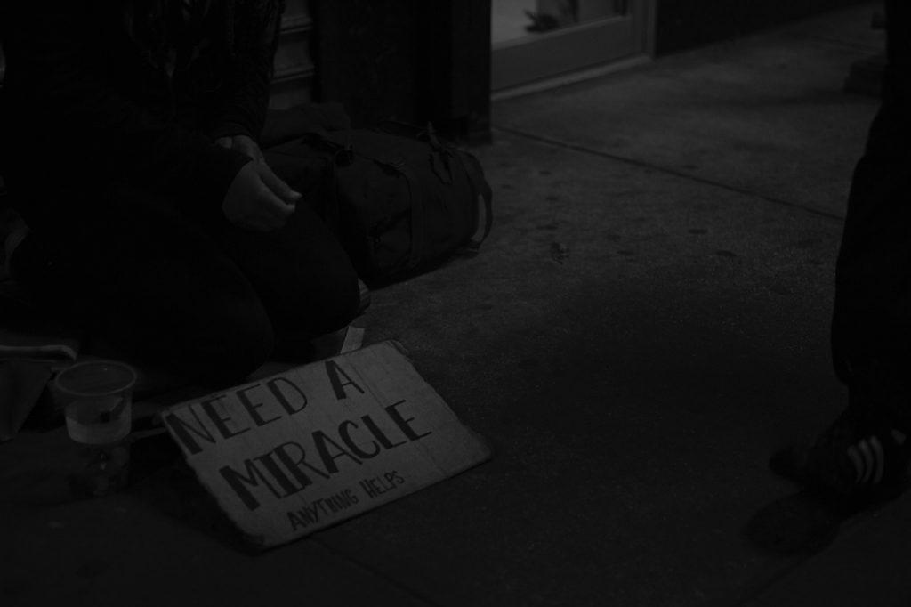 """Sự đeo bám tận cùng của cái nghèo và """"chiếc bẫy"""" vật chất"""